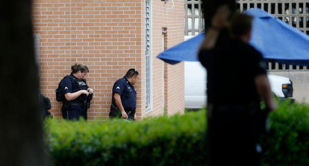 Poliiseja etsinnöissä pääpoliisiasemalla.