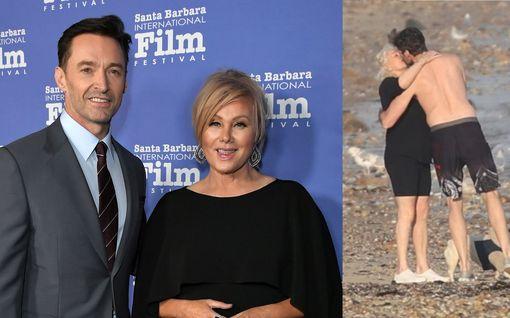 Lempi leiskuu rannalla! Hugh Jackman pussaili ja halaili vaimoaan autuaasti: Katso kuvat