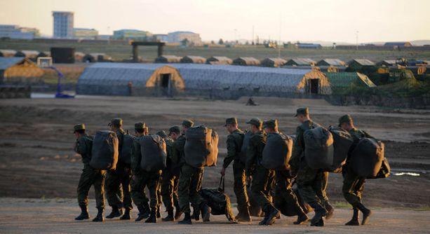 - Venäläisten sotilaiden lähettäminen Keski-Aasiaan on kallista, joten paikallisten värvääminen on hyvin käytännöllistä, Venäjän armeijan asiantuntija Alexander Golts toteaa BBC:lle.