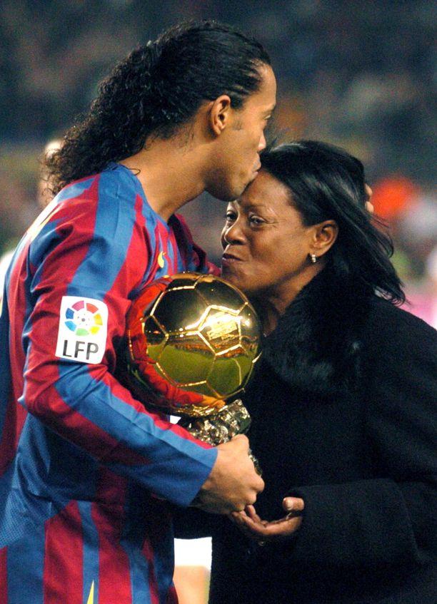 Ronaldinhon äiti Miguelina (oik.) on menehtynyt. Kuva vuodelta 2005.