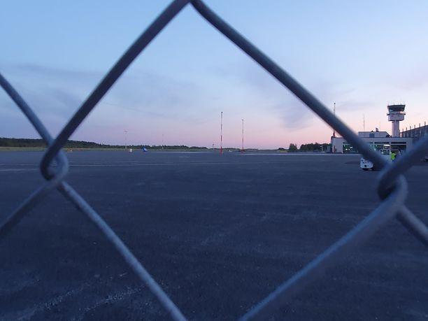 Iltalehti seuraa tilannetta paikan päällä Tampere-Pirkkalan lentokentällä.