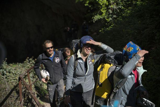 Vapaaehtoiset nousemassa takaisin maan pinnalle vietettyään 40 päivää luolastossa.
