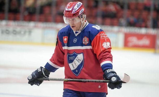 Mikael Johanssonin jääkiekkomaila on käsittämättömän lyhyt.