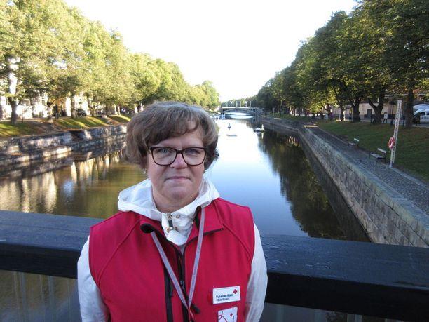 Raisiolainen Tarja Tiitta-Nieminen on yksi yli 100 paikallisesta SPR:n vapaaehtoisesta kriisiaputyöntekijästä. Hän kuuluu Turun henkisen avun kriisiryhmään.