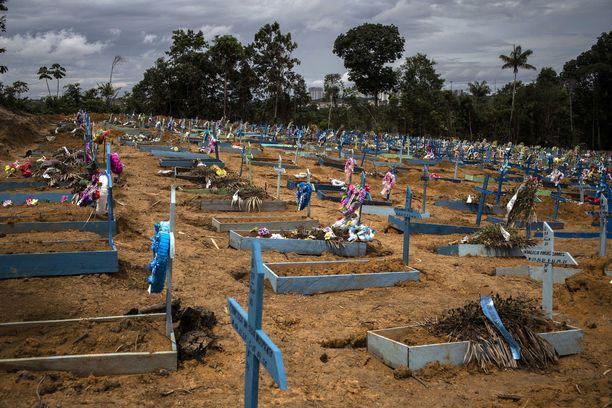Epidemian pahimmassa vaiheessa Manaus joutui laajentamaan kaupungin hautausmaita.