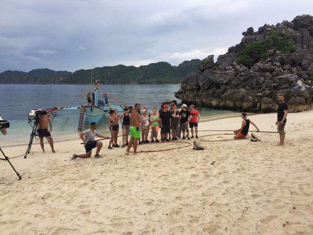 Tässä kuvassa Selviytyjät ovat juuri saapuneet saarelle ja kuvaukset alkavat.
