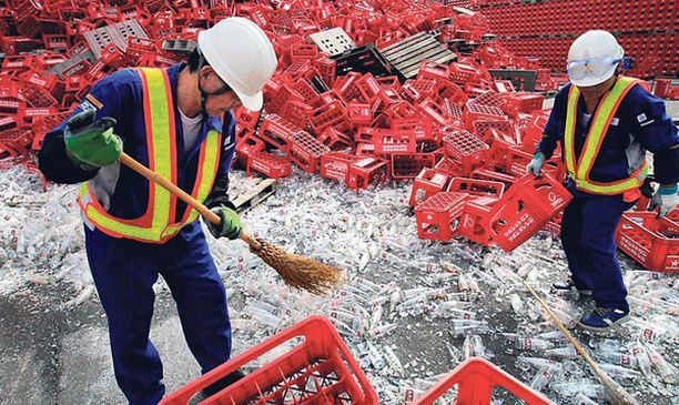 KAAMEA TRAGEDIA Japanilaisen olutpanimon työntekijät korjasivat murheellisena maanjäristyksen jälkiä Sapporossa. Maanjäristys tuhosi tuhansia olutpulloja kaljatehtaalla ja janoiset asiakkaat joutuivat odottamaan päivittäistä ohrapirtelöannostaan.