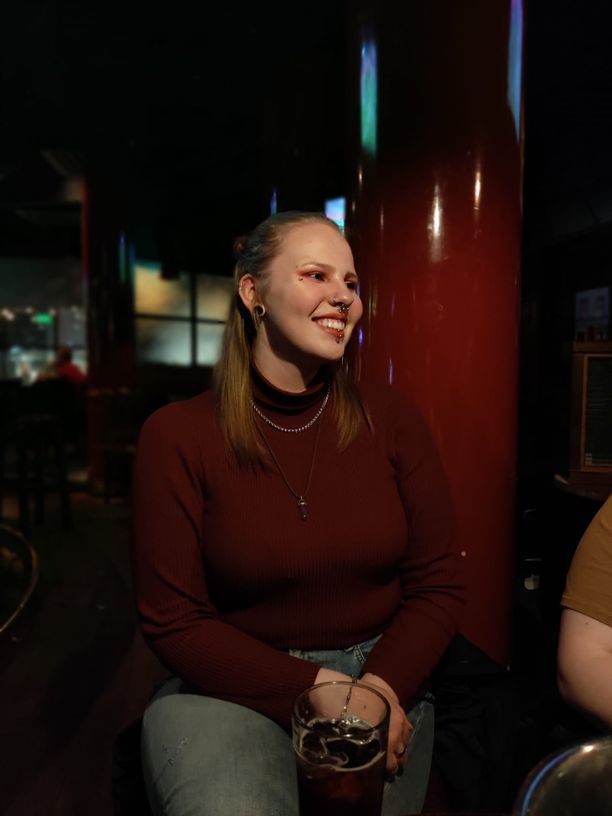 18 vuotta täyttänyt Liinu Kokkonen koki suuren syntymäpäiväyllätyksen. Tuntemattomat lähtivät hänen kanssaan juhlistamaan täysi-ikäistymistä. Yksi juhlakavereista nappasi kuvan päivänsankarista.
