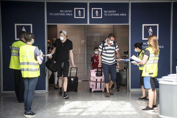Helsinki-Vantaan lentoaseman koronatoimia on viime aikoina tehostettu, mutta vielä löytyy parannettavaa.