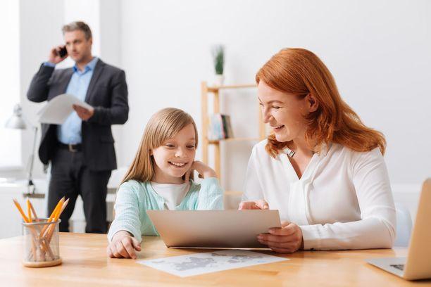 Toisissa työpaikoissa lapsiin työpaikoilla suhtaudutaan sallivasti, toisissa tiukemmin. Kuvituskuva.