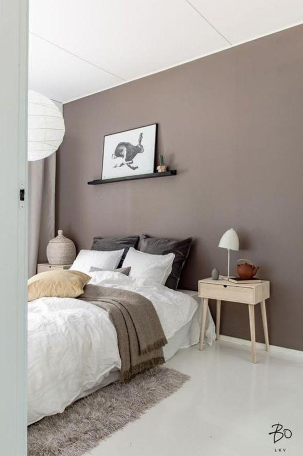 Murretut ruskean eri sävyt toimivat kauniisti tässä makuuhuoneessa. Hempeän ruskea seinä on kaunis ja rauhoittava valinta makuuhuoneeseen ainaisen valkoisen sijaan.