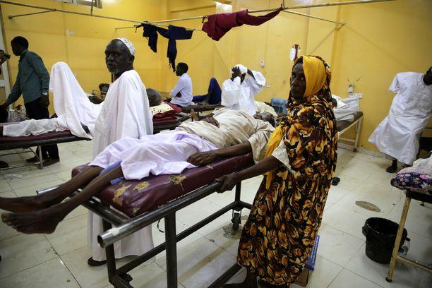 Ihmiset odottavat vuoroaan sairaalassa useiden lääkäreiden liittyessä kansalasitottelemattomuuskampanjaan Omdurmanissa 10. kesäkuuta EPA.