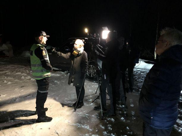 SVT:n toimittaja haastattelee etsintäoperaatiota johtavaa John-Kåre Granheimia.