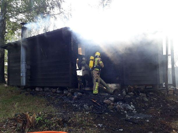 Pelastajat saivat tulipalon nopeasti rajattua.
