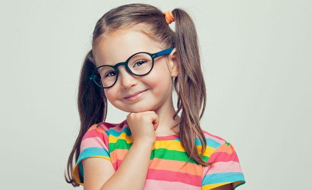 Pikkutyttö keksi ovelan tavan pyytää lisärahaa. Kuvituskuva.