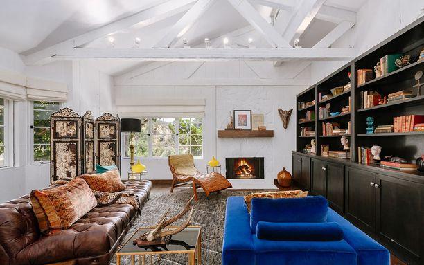 Asunnossa on paljon erilaisia huonekaluja ja koriste-esineitä, mutta ne on yhdistelty taidokkaasti.