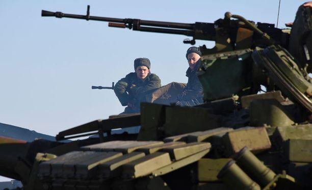 Separatistitaistelijoita tarkastuspisteellä Luhanskin pohjoisosassa. Kuva on otettu 14. tammikuuta.