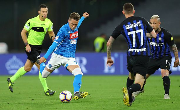 Napolin Piotr Zielinski (vas.) ampui upean maalin Interin verkkoon.