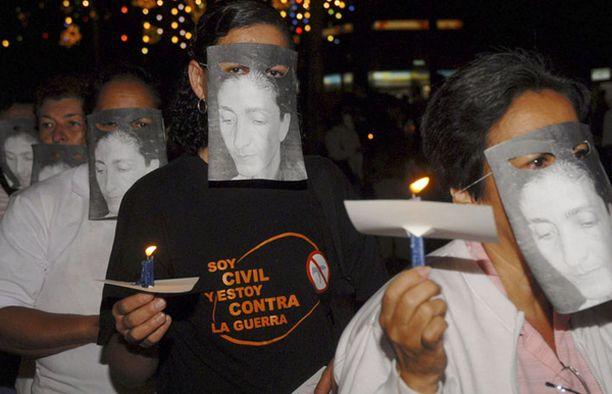 Kolumbialaiset naiset kantoivat panttivankina pidetyn Ingrid Betancourtin kuvia mielenosoitusmarssissa.