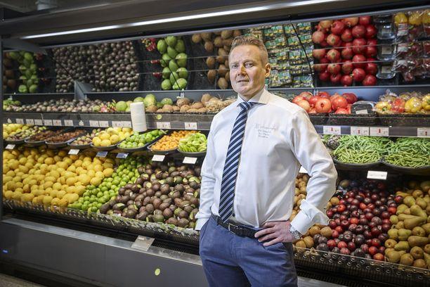 Espoon Ison Omenan K-Citymarketin kauppiaan Toni Pokelan mukaan uusien alkoholituotteiden hinnat tarkentuvat lähiaikoina. Tällä hetkellä suurin fokus on Pokelan mukaan siinä, että tuotteet saadaan vietyä järjestelmiin ja myyntiin.- Olutosastolla puhutaan yli tuhannesta tuotteesta, kaikki pitää hinnoitella uudestaan, Pokela kertoo.