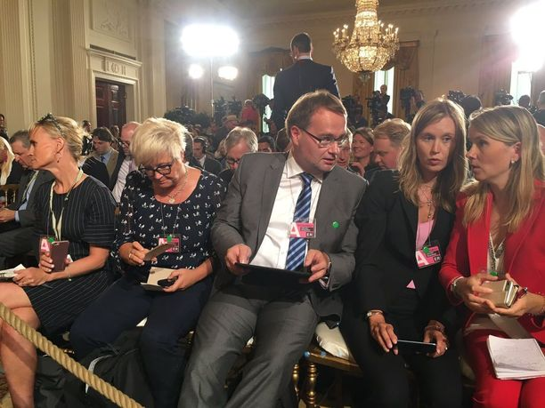 Kuvassa suomalaistoimittajia tiedotustilaisuudessa. Maria Annala on toinen oikealta.