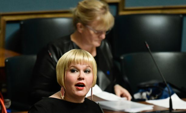 Kuvassa etualalla ministeri Annika Saarikko (kesk) ja takana ministeri Pirkko Mattila (sin).