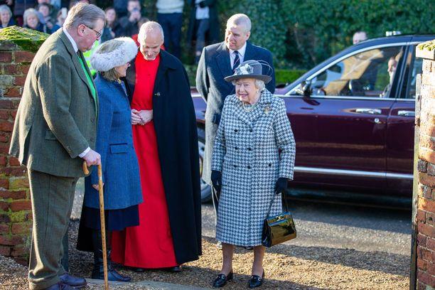Kuningatar Elisabet ja prinssi Andrew astelivat yhdessä kirkkoon sunnuntaina.