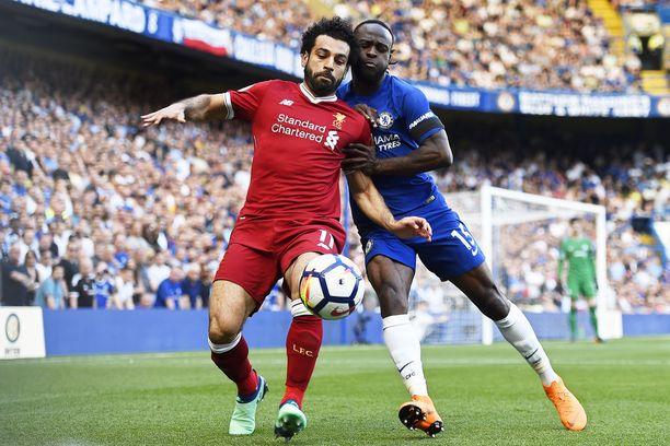 Liverpool voi varmistaa ensi kauden Mestarien liiga -paikkansa käytännössä tasapelillä, kun taas Chelsea on suuressa vaarassa jäädä ulos. Mohamed Salah (vasemmalla) on 31 osumallaan kiinni maalipörssin voitossa.