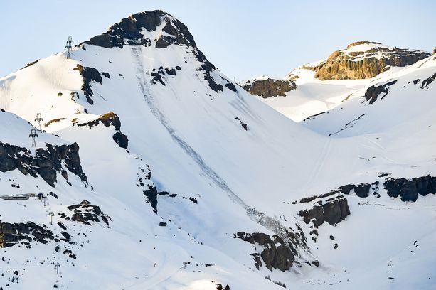 Lumivyöryn lähtöpaikka on kaukana hoidetun rinnealueen yläpuolella. Se on kuljettanut mukanaan järkyttävän määrän lunta.