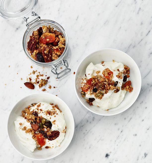 Hyvä välipala syntyy rahkasta tai luonnon jogurtista, johon on lisätty pähkinöitä ja marjoja.