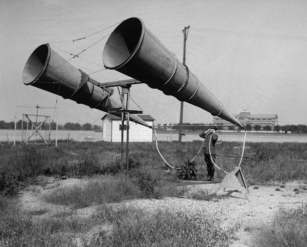 Äänipaikantimia testataan Bollingin lentotukikohdassa Yhdysvalloissa lähellä Washingtonia. Kuva on vuodelta 1921.