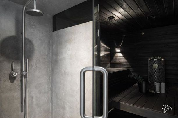 Ankaraa mustaa ja karheaa betonia - niillä luodaan tämän saunan luonne.