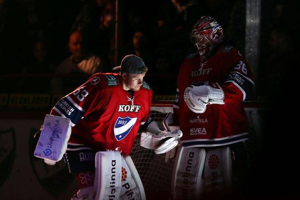 Atte Engren (vas.) oli lauantaina luukkuvahtina, kun Markus Ruusu torjui HIFK:n maalilla.