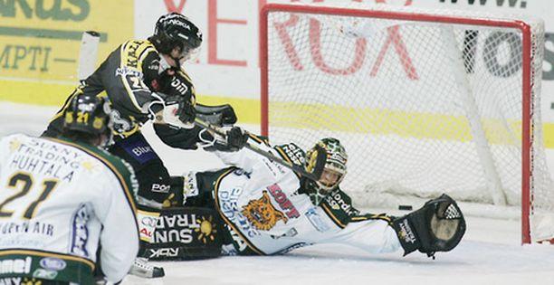 Tuukka Rask kurottaa NHL:ään. Kuvan tilanteessa kurotus oli tulokseton. Kärppien Janne Pesonen pääsi tuulettamaan 2-0-osumaa.