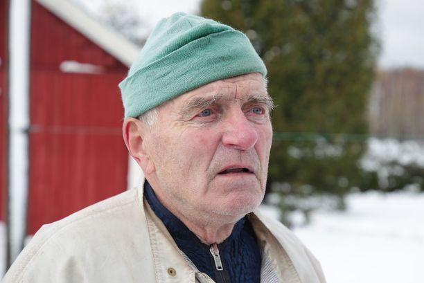 Ole Holmström asuu lähellä turmapaikkaa. Hänen mukaansa armeijakalustoa liikkuu Leksvallintiellä useasti.