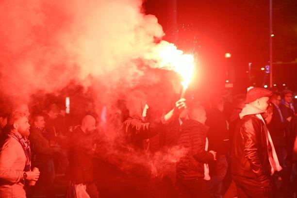 Suomen fanit marssivat Tallinnassa kohti stadionia.