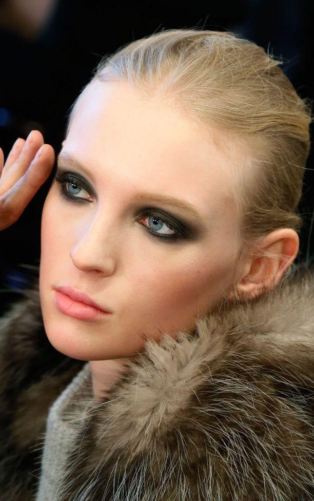 Smokey eye-meikki Diane Von Fürstenbergin syys-talvi 2015-16-näytöksessä.