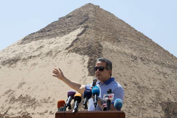 """Egyptin ministeri Khaled El-Enany puhumassa """"taitetun pyramidin"""" avajaistilaisuudessa heinäkuussa 2019."""