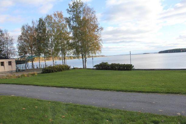 Kivitipusta avautuu upea näköala meteoriitin synnyttämälle Lappajärvelle. Kylpylän edustalla on myös rantaravintola.