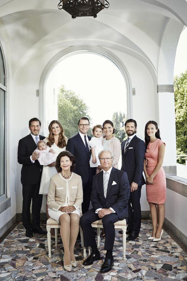 Vuoden 2014 perhekuvassa oli vain kaksi lapsukaista, prinsessa Victorian esikoinen prinsessa Estelle sekä prinsessa Madeleinen esikoinen prinsessa Leonore.