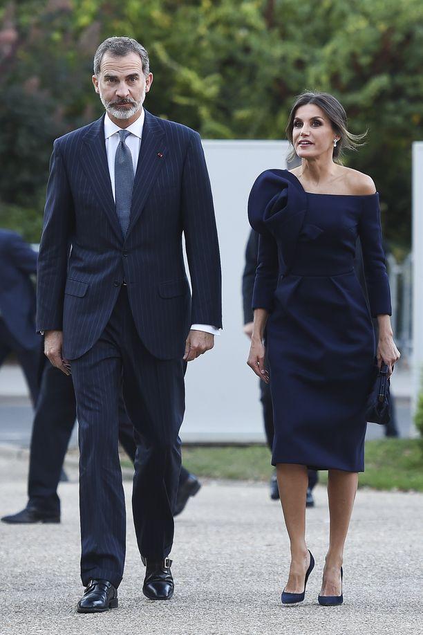 """Pariisissa """"Miro, la Couleur des Reves"""".-näyttelyn avajaisissa Letizia pukeutui Delpozon kynämalliseen, näyttävään mekkoon, joka paljasti olkapäät. Jalassa hänellä oli Nina Riccin tumman sinisen mokkakorot."""
