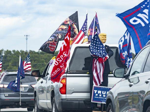 Sunnuntaina Donald Trumpin kannattajat tukkivat liikenteen ainakin moottoritiellä New Jerseyssä ja Mario Cuomo -sillalla New Yorkissa.