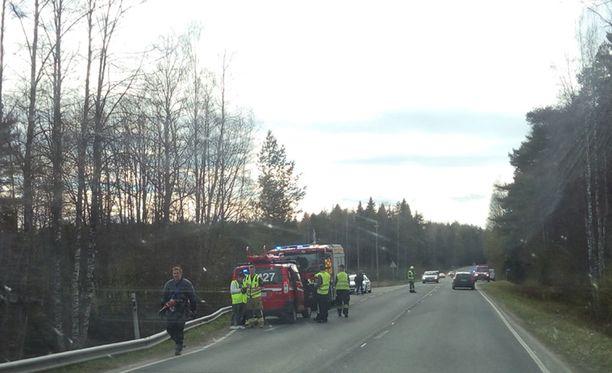 Onnettomuuspaikalla oli paljon poliiseja ja pelastushenkilökuntaa.