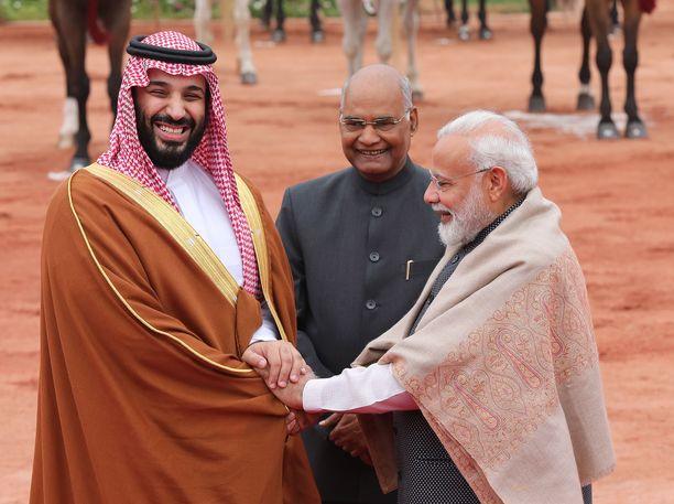 Kruununprinssi MBS vierailee Aasiassa. Tässä vastaanottoseremoniat käynnissä Intiassa.
