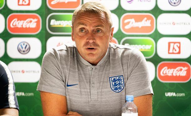 Paul Simpson valmentaa Englannin alle 19-vuotiaiden jalkapallomaajoukkuetta.