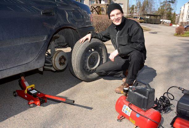 Eerikki Kivimäki aikoo käyttää vappunsa kiertämällä ympäri Raumaa renkaita vaihtamassa. Idean hän sai huomattuaan, miten moni ajaa yhä nastarenkailla.