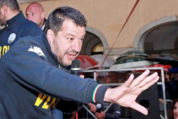 Italian sisäministeri Matteo Salvini on kutsunut nationalistipopulististen puolueiden edustajat Milanoon. Yhteinen hengennostatustilaisuus alkaa kaupungin tuomiokirkon, Duomon, aukiolla kello 15.