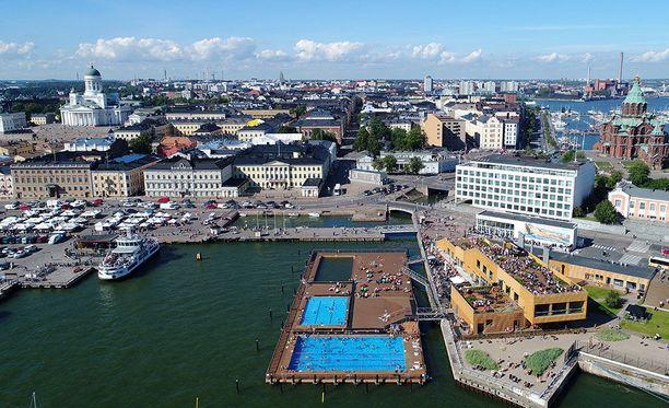 Allas Sea Pool on keskeisellä paikalla Helsingin Kauppatorilla. Merikylpylän läheltä lähtevät laivat Suomenlinnaan sekä Viking Linen ja Silja Linen isommat risteilijät.