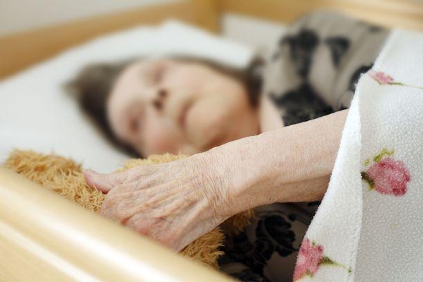 Aluehallihallintovirastojen valvontapäätöksistä selviää, että useissa hoivakodeissa iäkkäät joutuvat odottamaan pitkiä aikoja saadakseen apua.