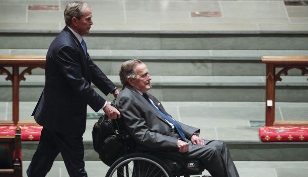 George W. Bush on 93-vuotias. Hän joutuu käyttämään liikkumiseen pyörätuolia.